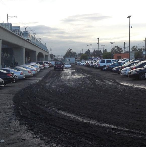 Estacionamiento en la estación Culver City después de haber llovido.  Foto de Jim Sarr, vía Instagram.