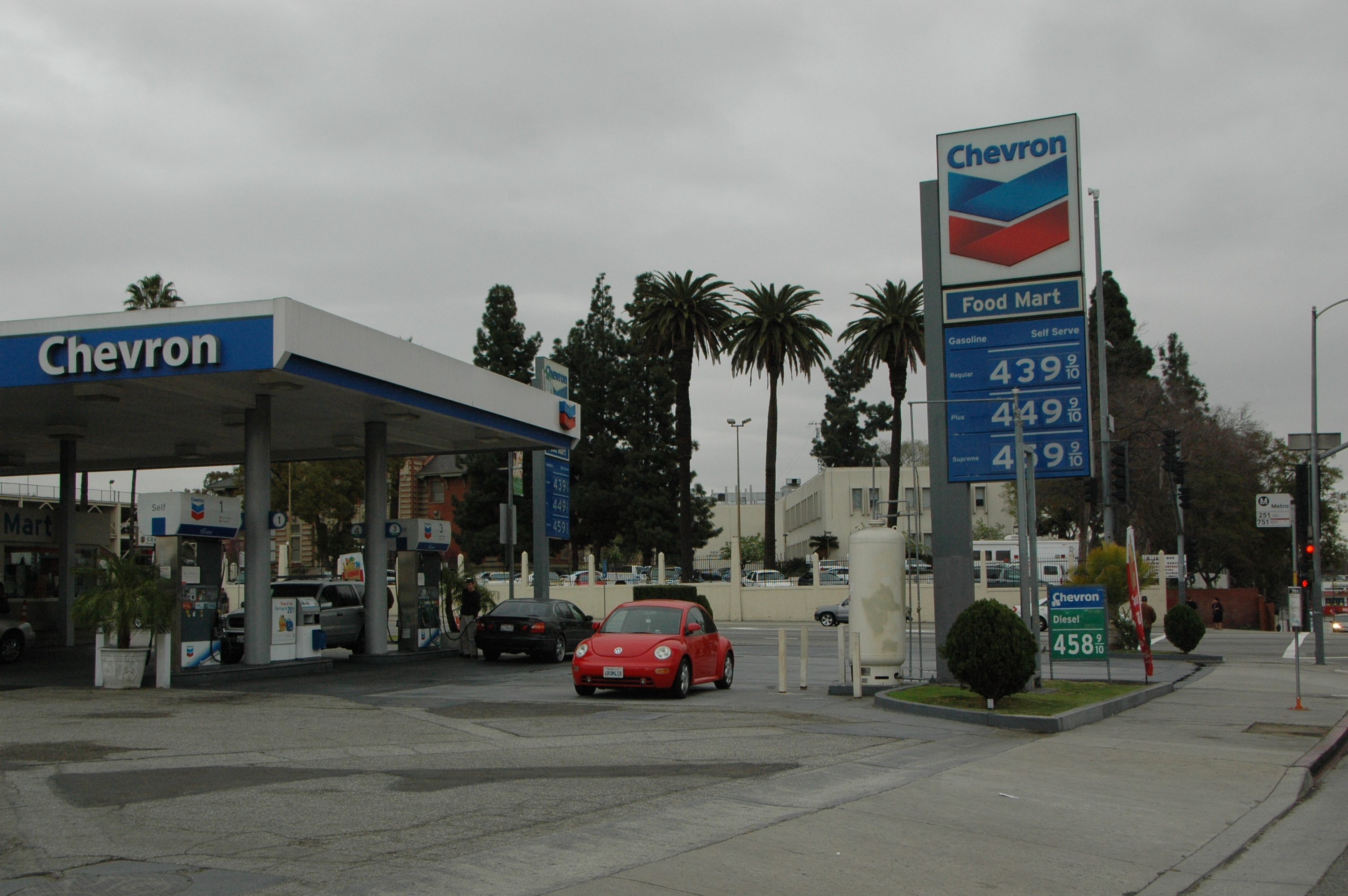 Precios de la gasolina en una estación cercana a Union Station, en Los Ángeles. Foto: José Ubaldo/Metro.