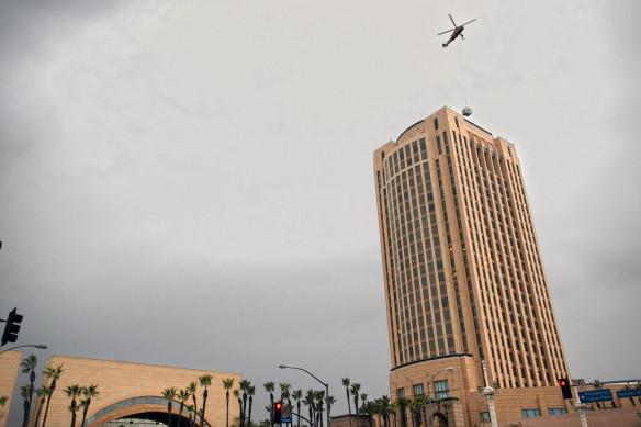 """Un helicóptero """"levanta"""" el equipo antiguo de aire acondicionado del edificio central de Metro, el pasado 29 de diciembre. Foto: Josh Southwick."""