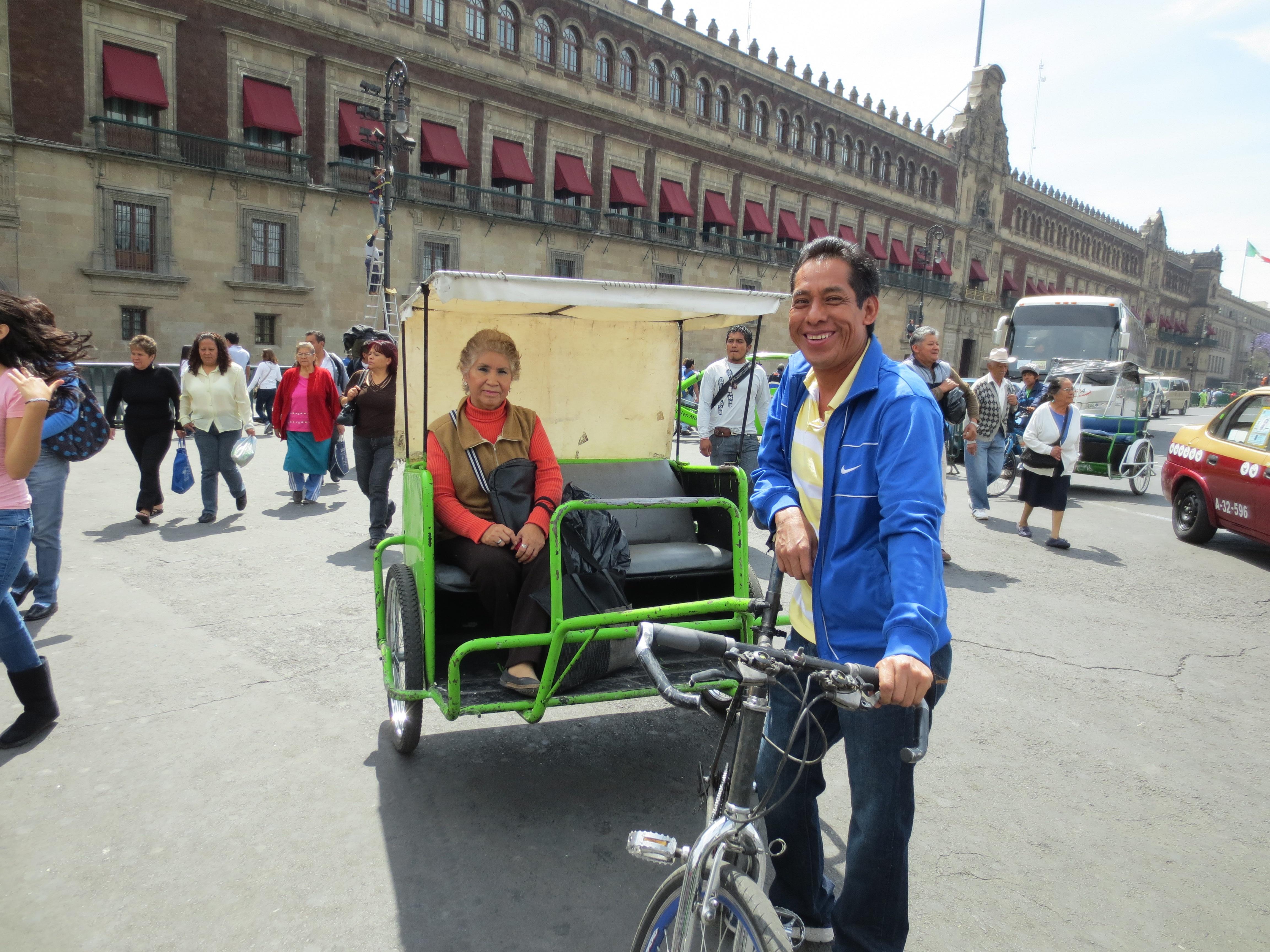 Cristina Orozco a bordo de uno de los ciclotaxis que circulan por el centro histórico de la Ciudad de México. Foto: María Luisa Arredondo.