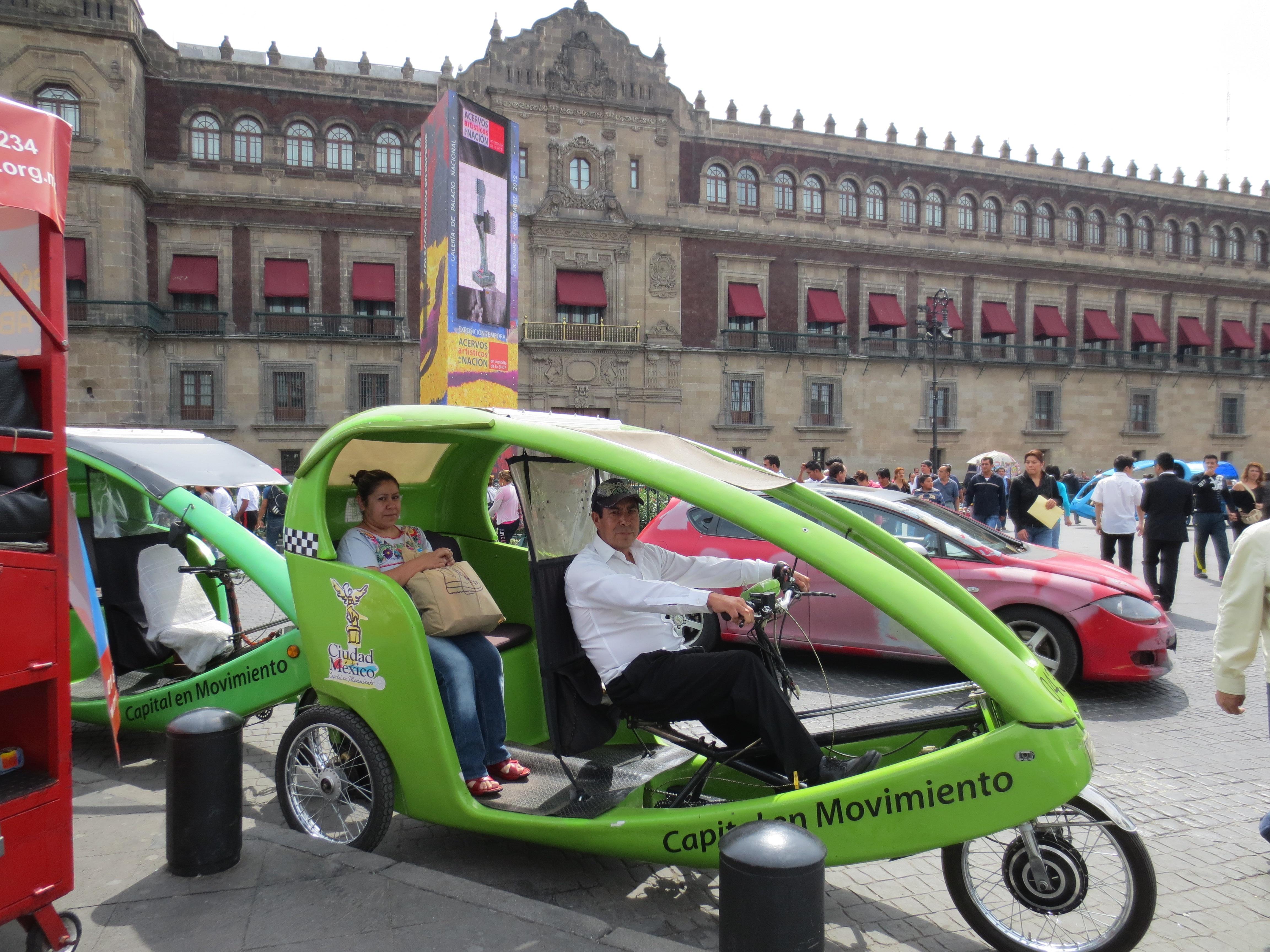 Además de no contaminar, los ciclotaxis son una buena opción de transporte porque avanzan más rápido que los taxis normales. Foto: María Luisa Arredondo/El Pasajero.