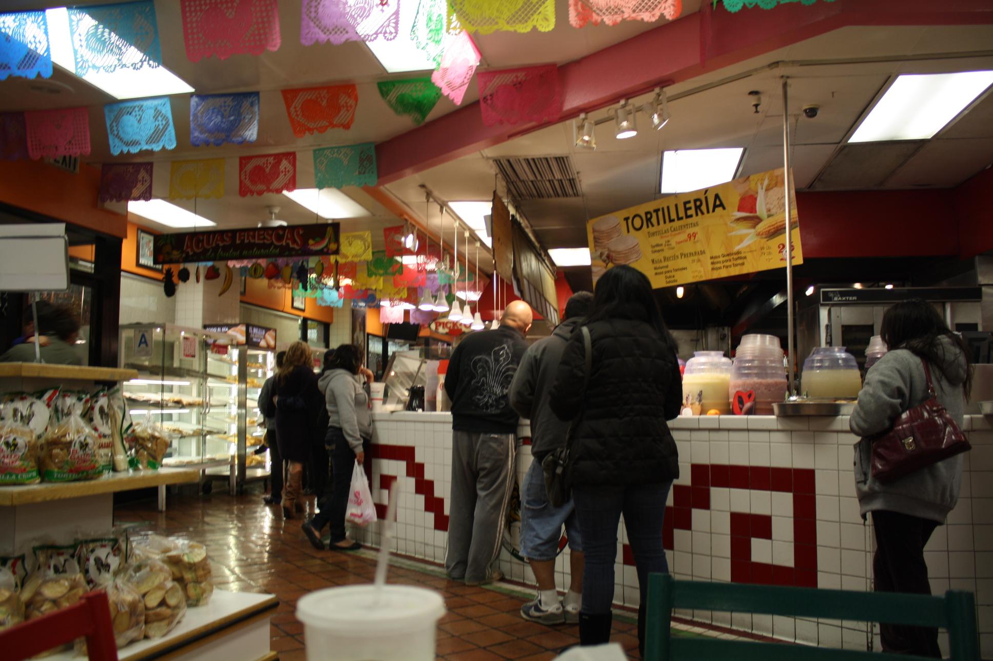El restaurante está abierto las 24 horas en Huntington Park y la gente no deja de llegar a cualquier hora. (Foto de Agustín Durán/El Pasajero).