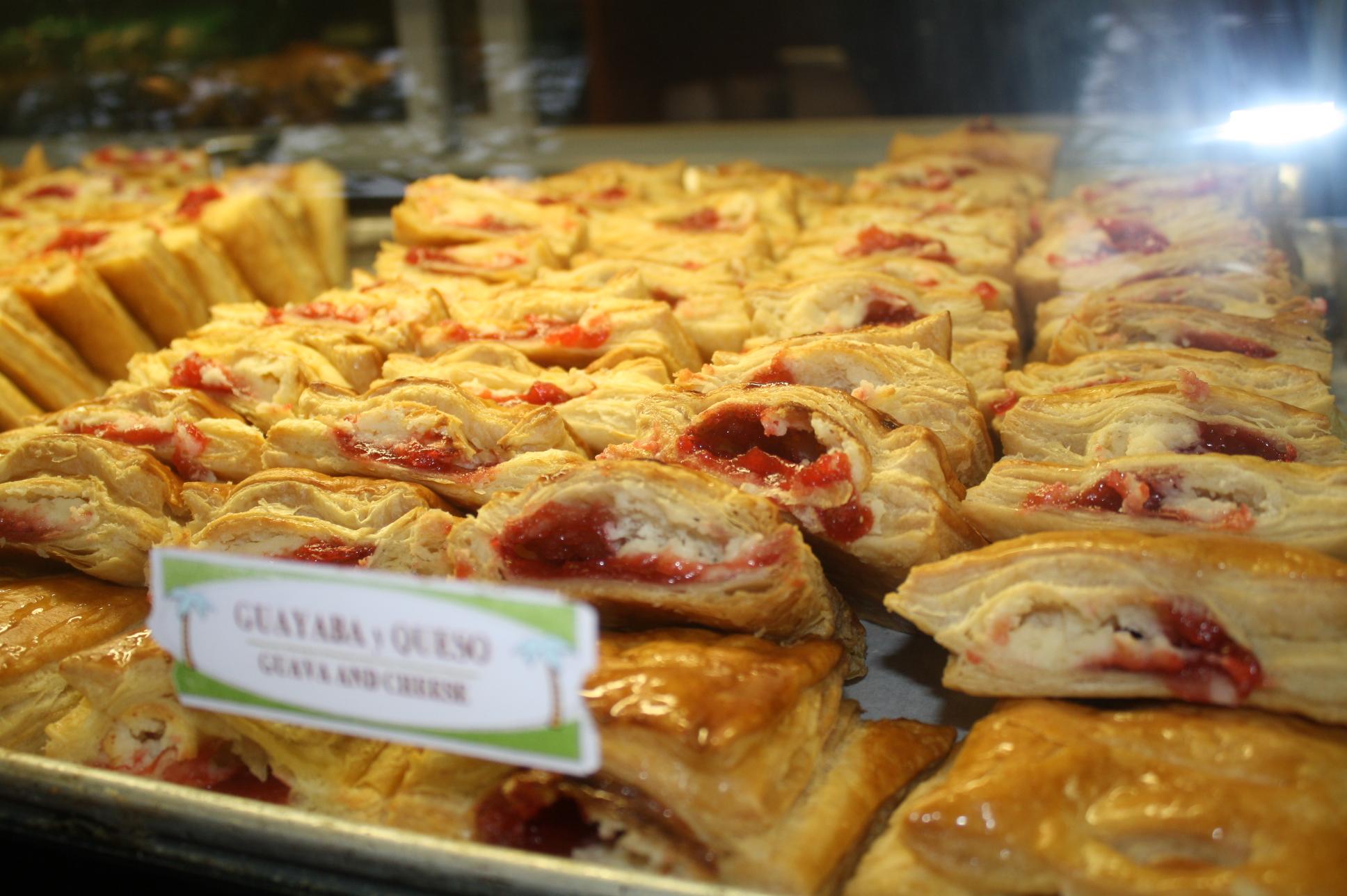 Los pastelillos de guayaba y queso son de los favoritos en el restaurante. (Foto de Agustín Durán/El Pasajero).
