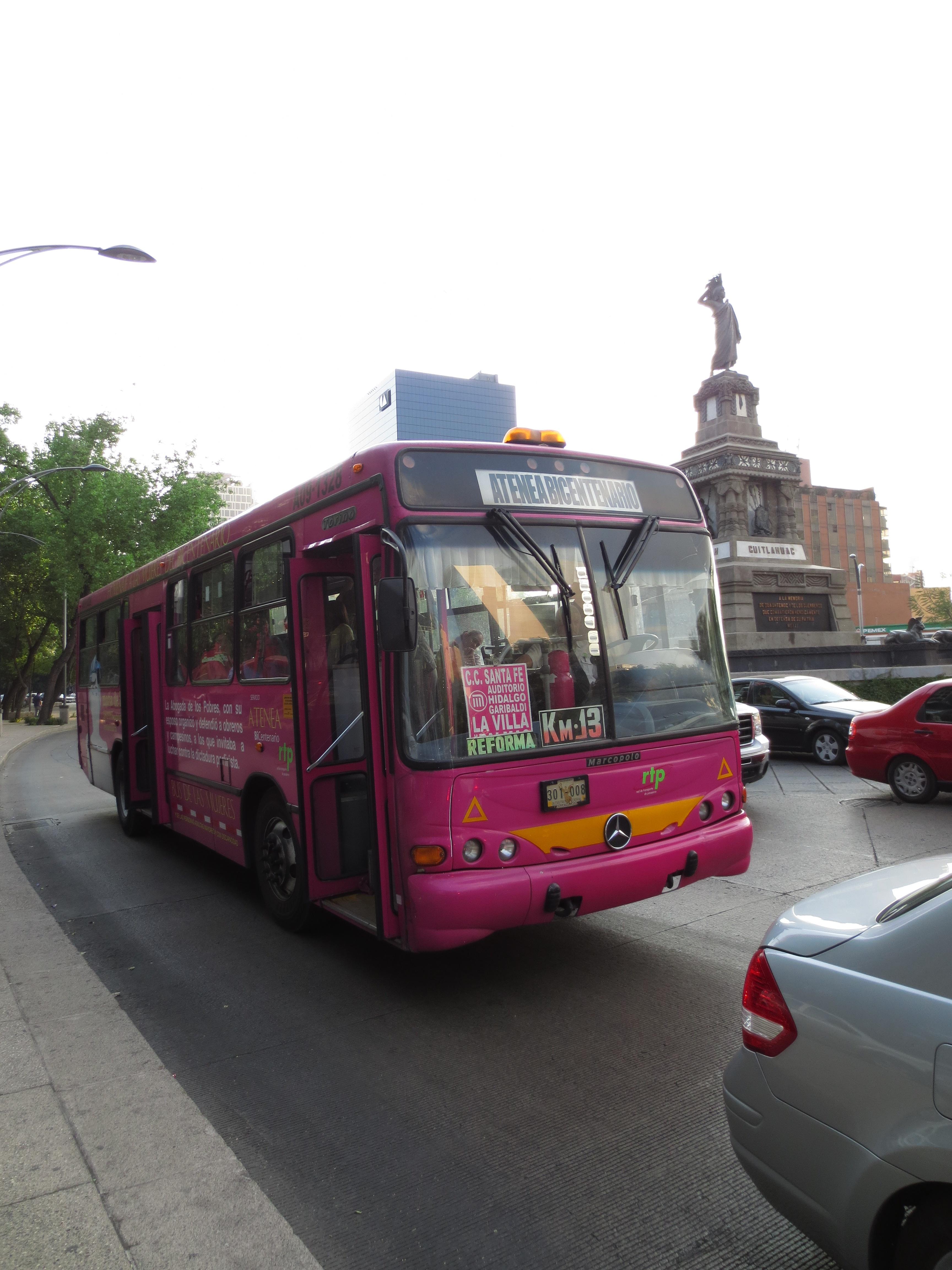 """Los autobuses """"Atenea"""" son de color rosa y tienen letreros al frente y a los costados que especifican que sólo son para mujeres. Fotos: María Luisa Arredondo/El Pasajero."""