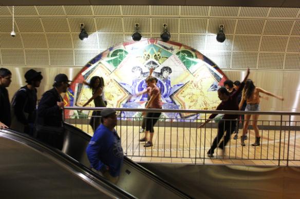 Las actuaciones armonizan con el flujo y reflujo de pasajeros en las estaciones de trenes de Metro. Foto: Stephan Koplowitz.