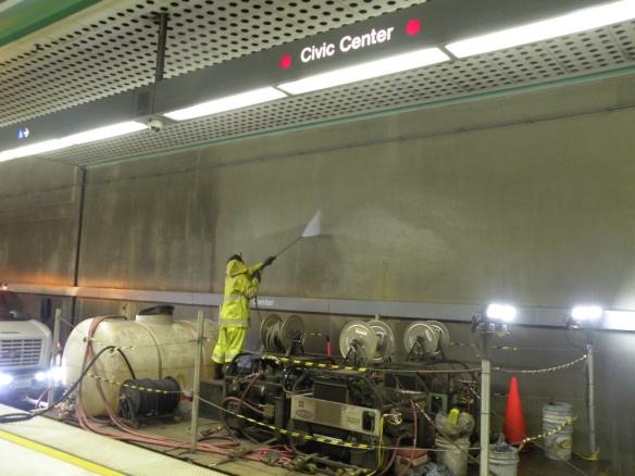 El proceso de limpieza se lleva a cabo en las Líneas Roja y Púrpura de Metro.