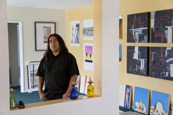 Ramírez en su estudio de Pico Rivera.