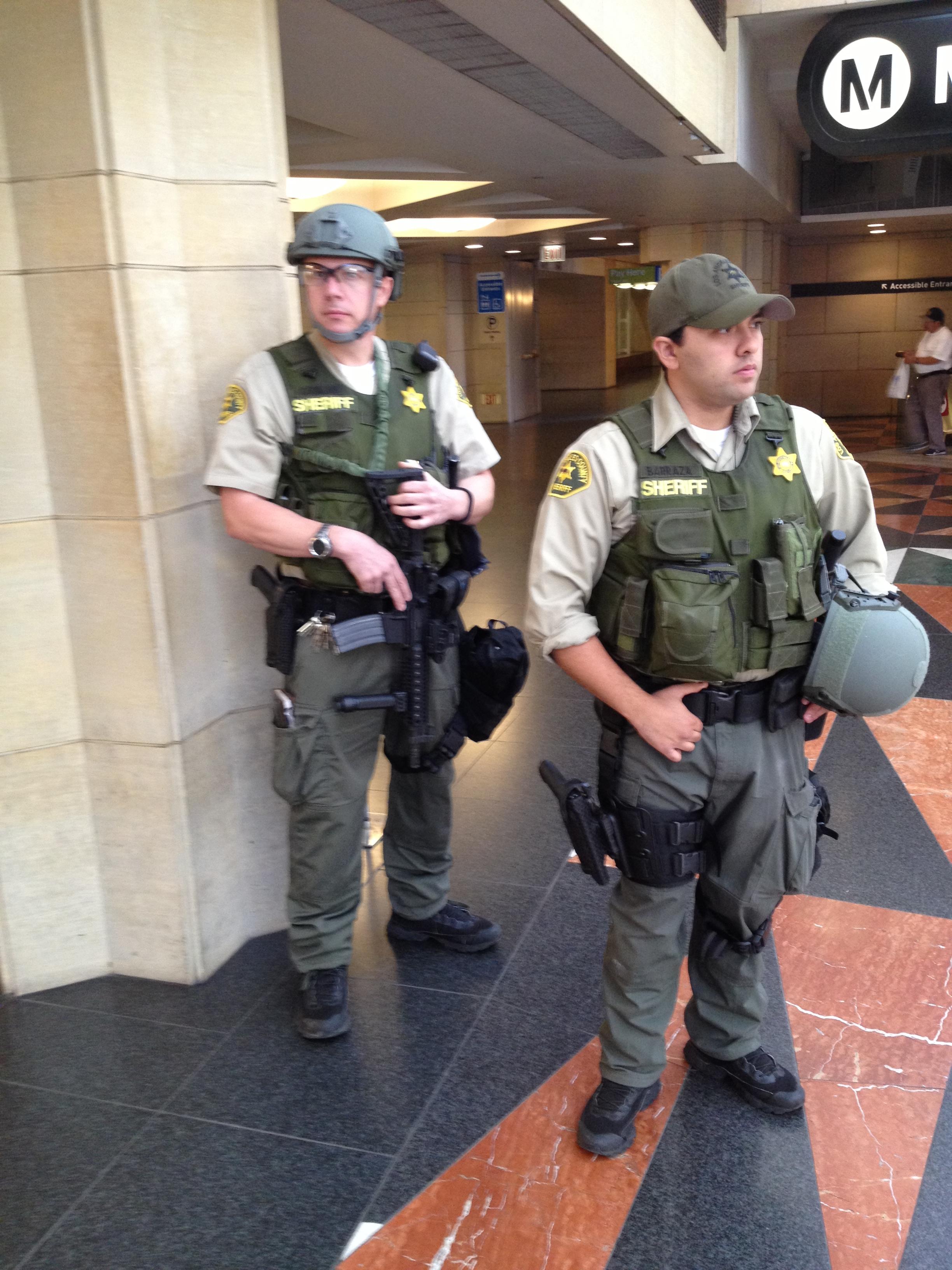 Agentes del sheriff patrulla Union Station.