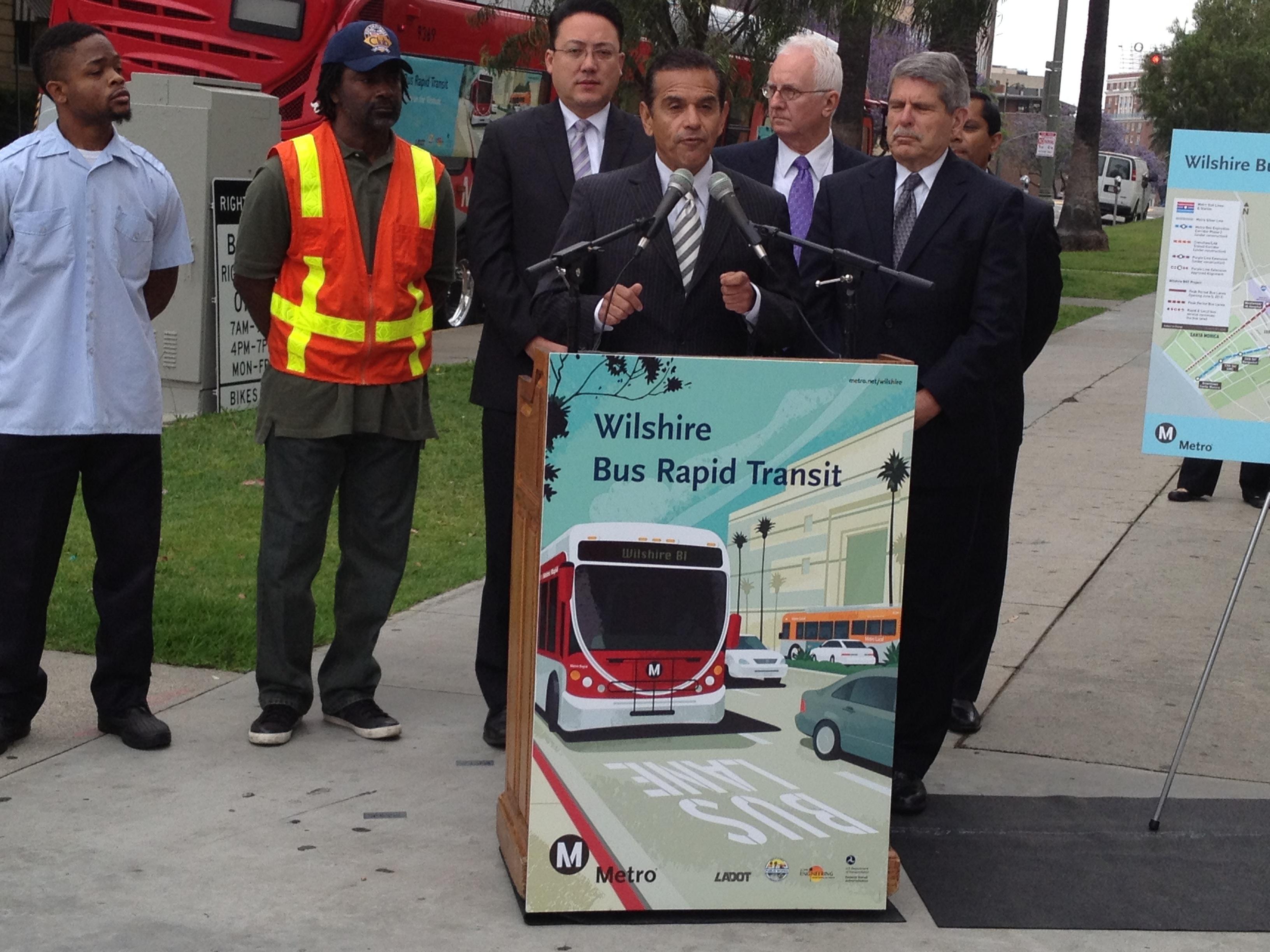 El alcalde de Los Ángeles, Antonio Villaraigosa, durante la ceremonia para anunciar la apertura de los nuevos carriles exclusivos para autobuses en Wilshire Boulevard. Le acompañan  funcionarios de Metro, de la ciudad y del condado de L.A. Foto: José Ubaldo/Metro.