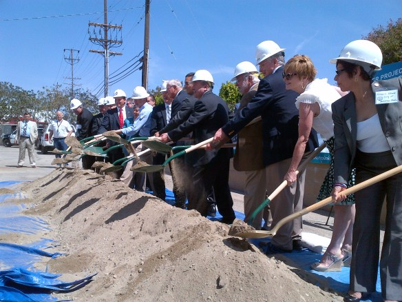 Funcionarios durante el evento para anunciar el inicio de la construcción del proyecto. Foto: Anna Chen/Metro.