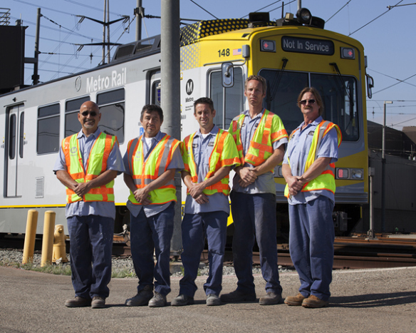 Detalle de las nuevas marcas amarillas y blancas pintadas en los nuevos vagones de los trenes de Metro y diseñadas por el equipo de Servicios Creativos de Metro.