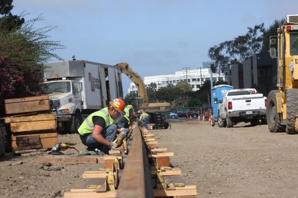 Colocación de vías cerca de Stewart Street, en Santa Mónica.