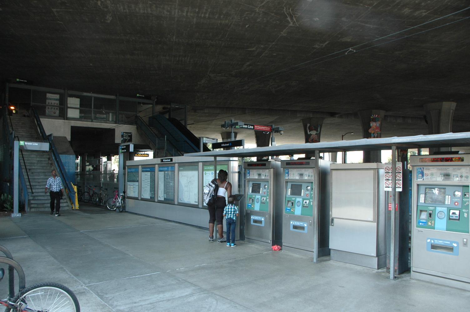 Estación Willowbrook de la Línea Azul del Metro, donde pronto se iniciará la instalación de los torniquetes para entrar a las estaciones.