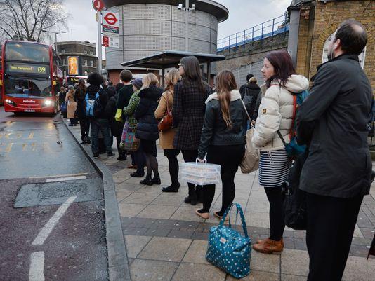 Por toda la ciudad, se han visto largas filas en espera del autobús. Foto: Ben Santaall/ AFP/Getty.