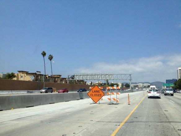 Escena de los preparativos para abrir el primer segmento del nuevo carril de viajes compartidos en la I-405..