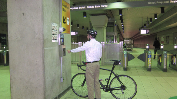 Use el intercom para pedir que le abran los torniquetes y poder entrar con su bicicleta. Foto: Metro.