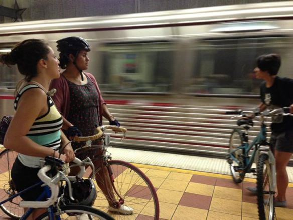 Daniella Alcedo en la plataforma  para abordar un tren de Metro con su bicicleta.
