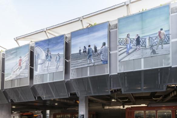 """Eloy Torrez explora los encuentros momentáneos que tenemos cuando nos cruzamos con otros en el ambiente del transporte público en """"The Steps We Take""""."""
