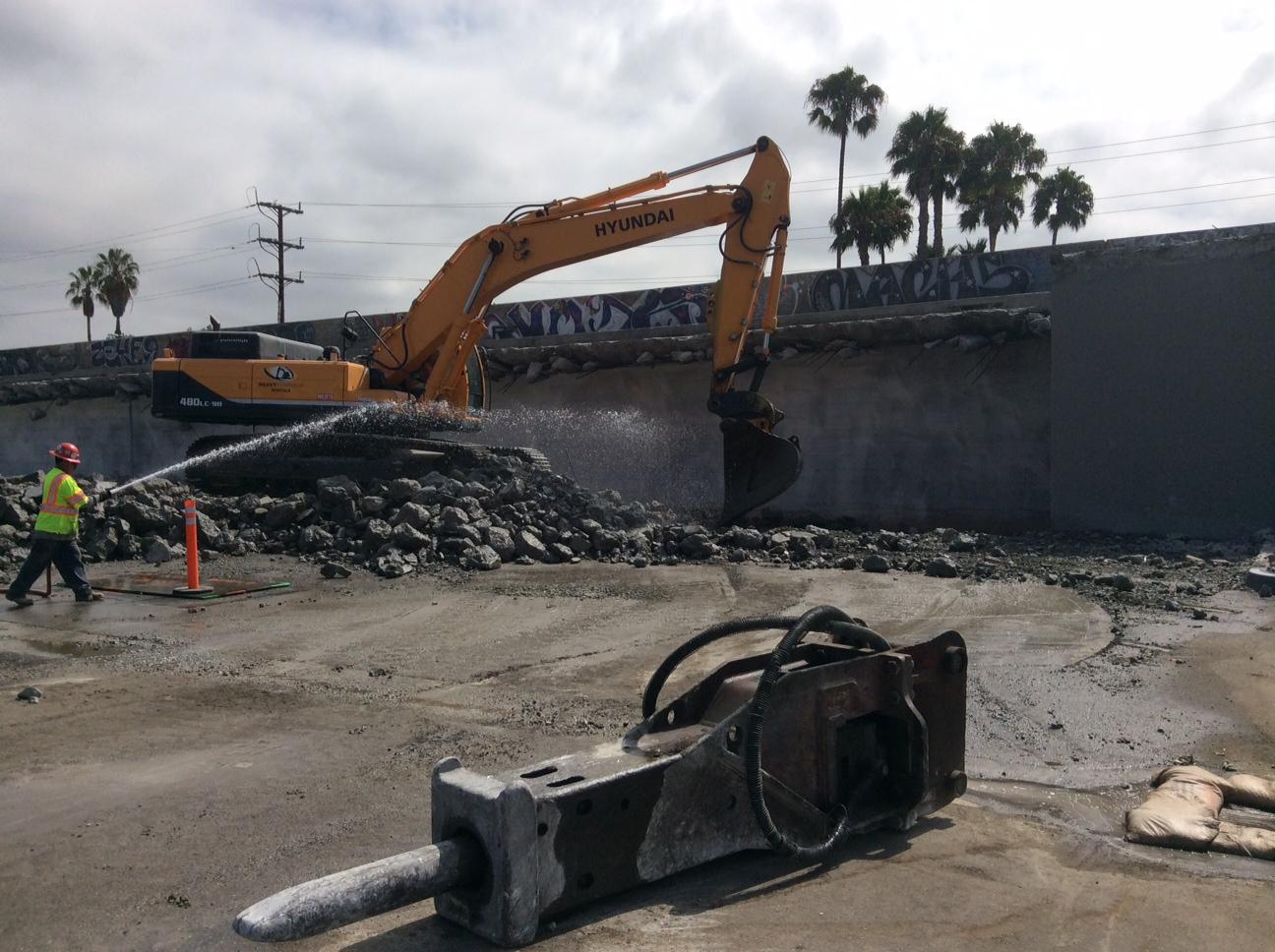 La demolición del puente ya se ha iniciado. Foto: Metro.