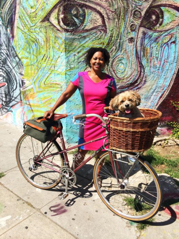 Vanessa Gray con su lindo perrito y su bicicleta de época.