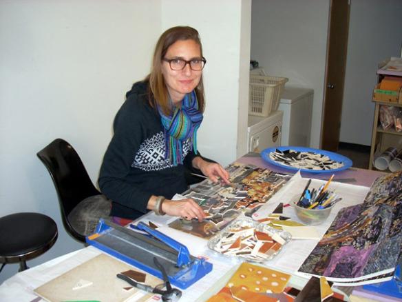La artista Susan Logoreci en el  estudio de Mosaika Art & Design. Foto: Mosaika Art & Design.