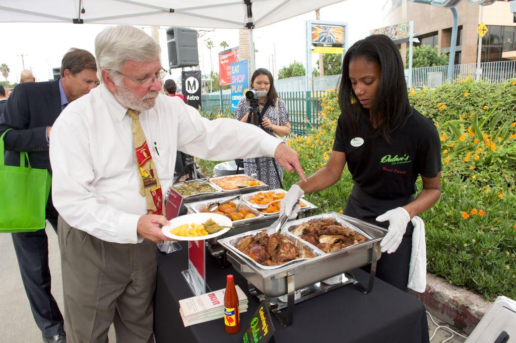 Art Leahy,  director general ejecutivo de Metro, prueba la comida de uno de los restaurantes del área. Foto:  Gary Leonard/Metro.