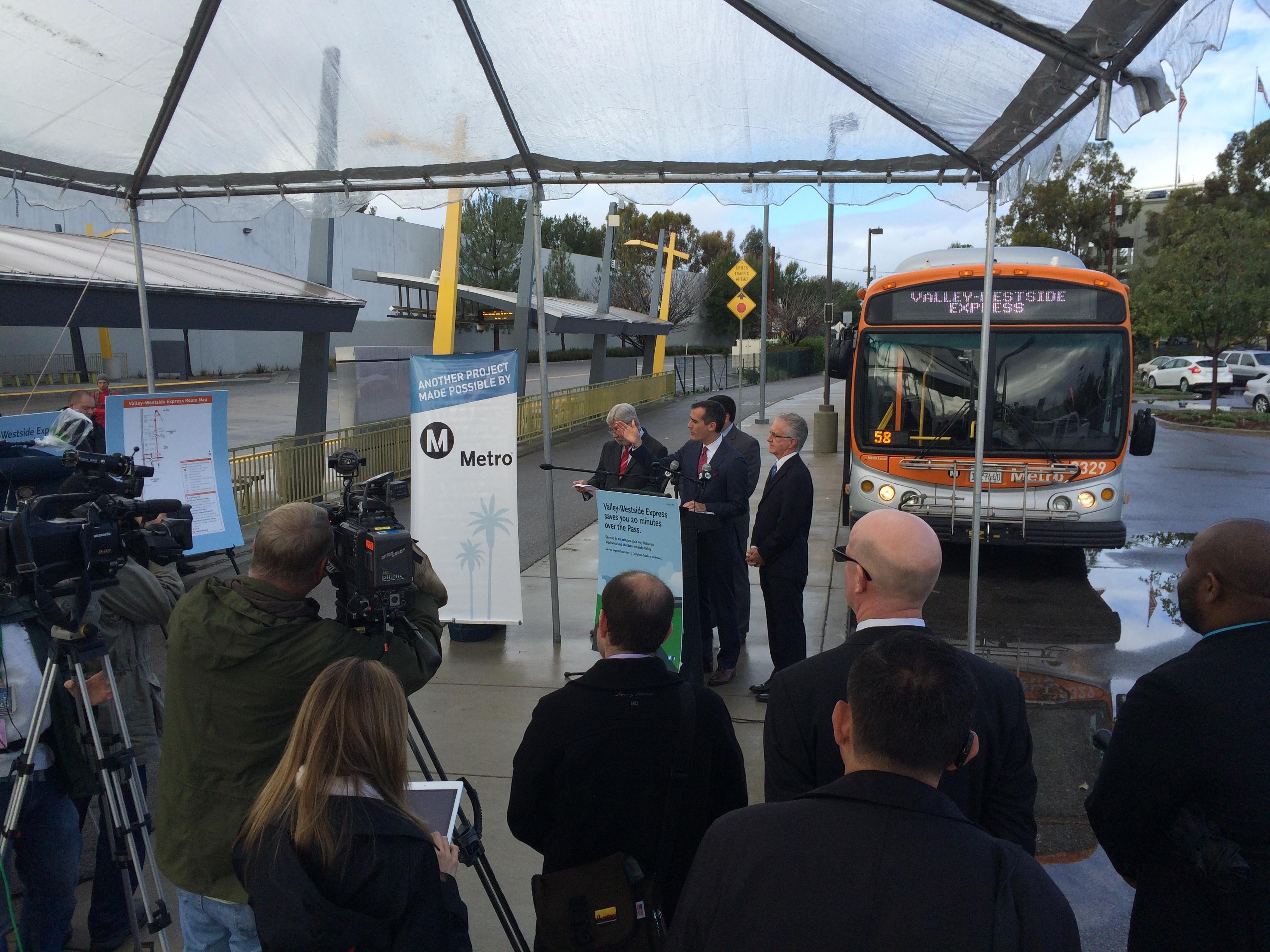 El alcalde de LA y presidente de la Junta Directiva de Metro y otros funcionarios de la agencia en la conferencia para anuncia el inicio del servicio Valley-Westside Express. Foto: José Ubaldo/Metro.