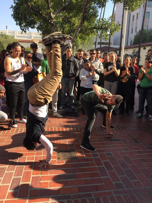 Dos capoeristas deleitan con su actuación al público de Union Station.