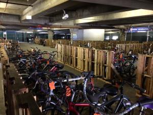 En el centro hay una gran cantidad de bicicletas.