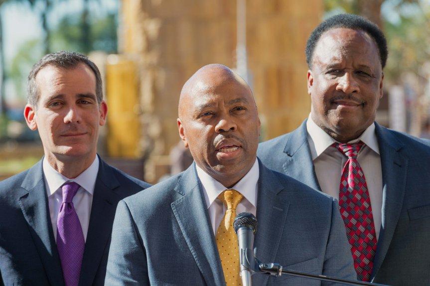 El próximo director general ejecutivo de Metro, Phil Washington, flanqueado por el alcalde de L.A., Eric Garcetti (izq.) y por el alcalde de Inglewood, James T. Butts. (Foto: Steve Hymon/Metro).