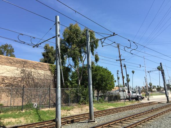 Vista del cable dañado en la Línea Dorada. Foto: Metro.