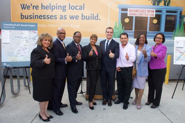 Funcionarios de Metro y del condado de Los Ángeles, entre ellos el alcalde Eric Garcetti, el supervisor Mark Ridley-Thomas y Jacqueline Dupont-Walker durante la entrega de cheques a dueños de pequeños negocios.