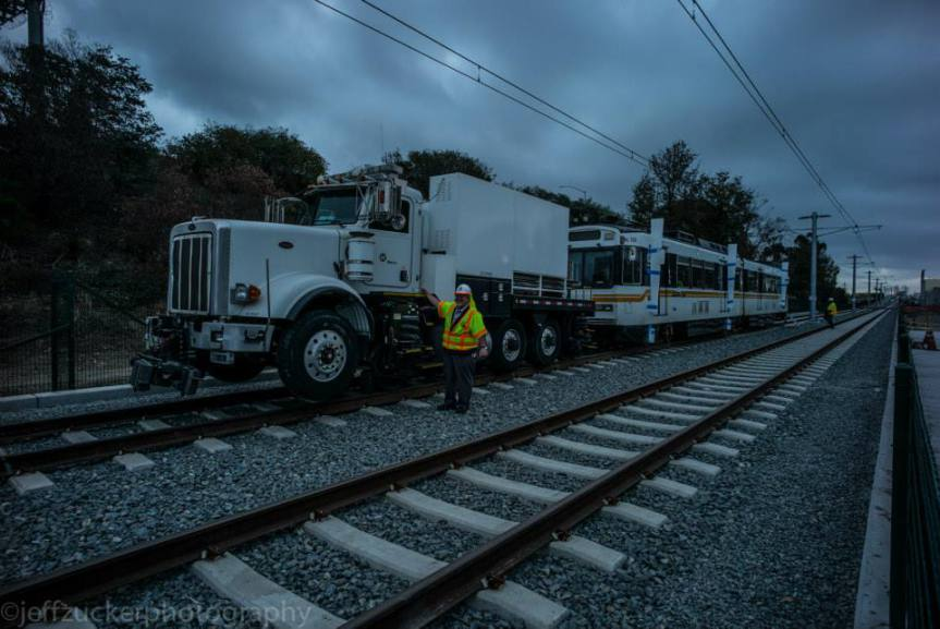 Las pruebas empezaron en Bagley Avenue el lunes por la mañana. Foto: Jeff Zucker/Expo Line Construction Authority.