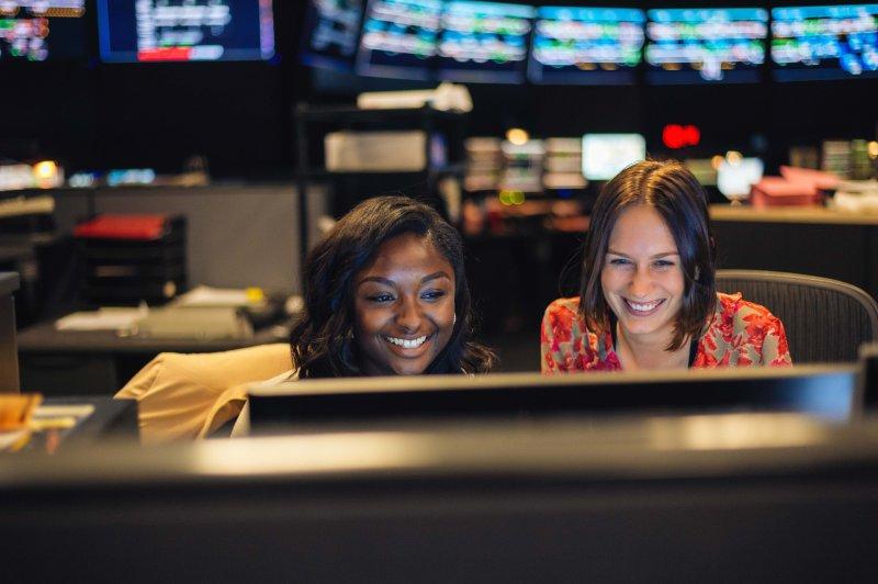 Alexia Hinton (izquierda) y Lily Alen tuiteando desde el Centro de Operaciones de Trenes de Metro. Foto: Steve Hymon/Metro.