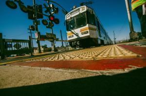 Se colocarán puertas en los cruces peatonales de 27 intersecciones a lo largo de la Línea Azul. Foto: Steve Hymon/Metro.