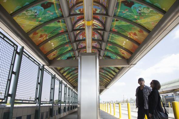 La obra de Nguyen en la estación Manchester de la Línea Plateada.