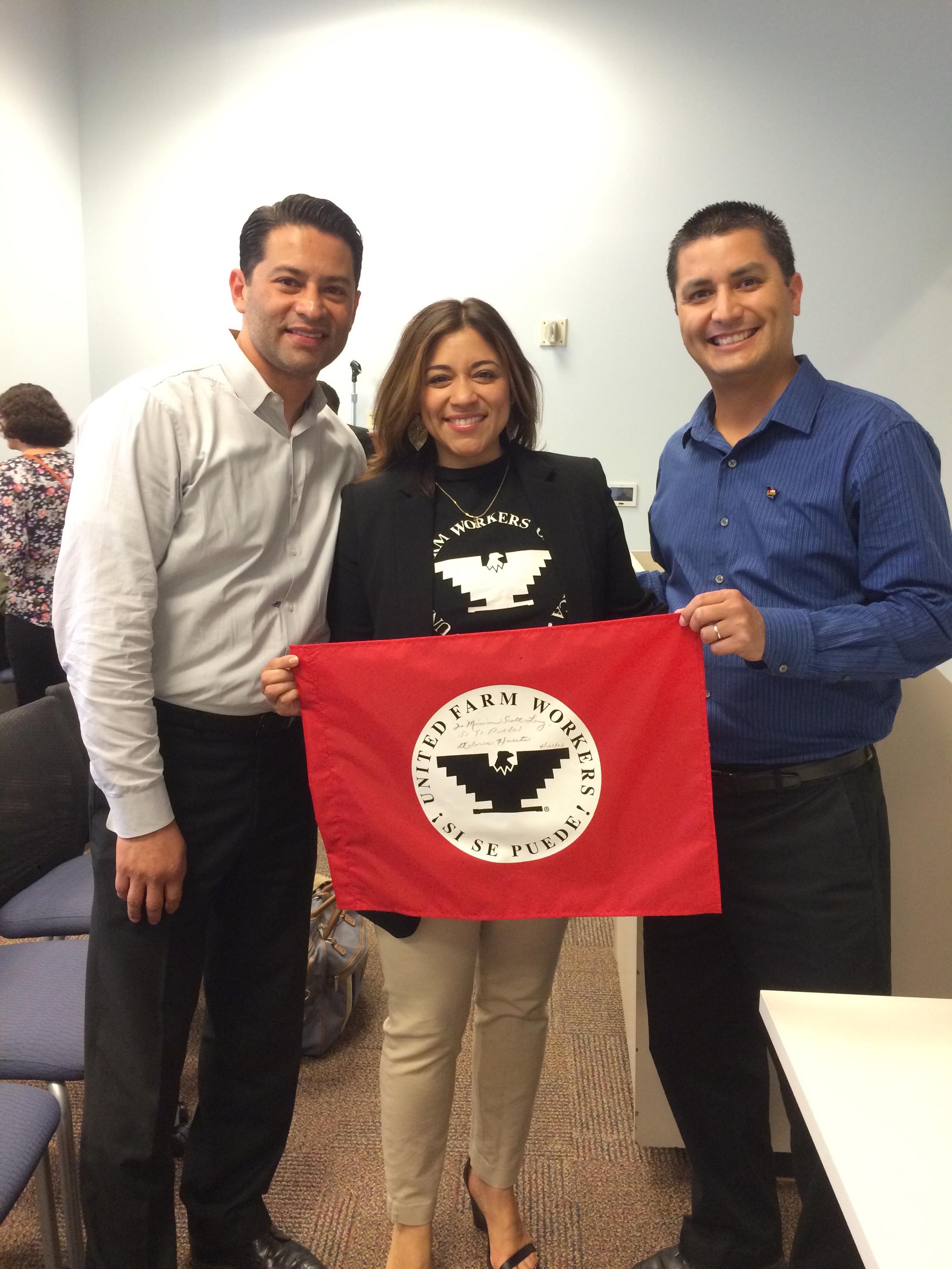 De izquierda a derecha, Alfonso Trujillo, de la Fundación César Chávez; Marisela Villar, coordinadora del evento y César Chávez, nieto del líder agrario.