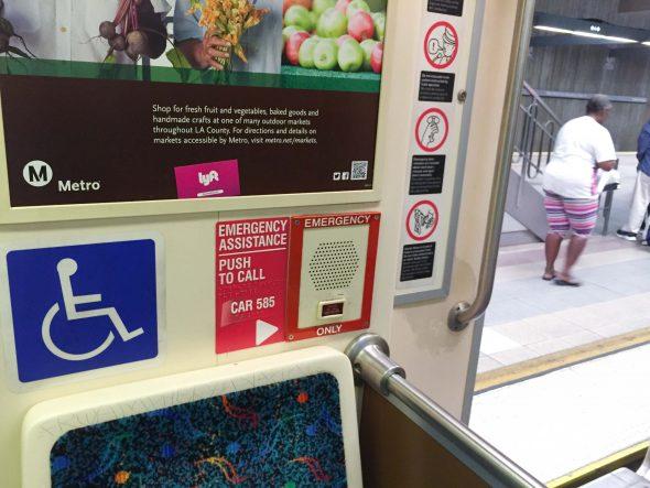 Botones de intercomunicación dentro de los trenes de Metro.