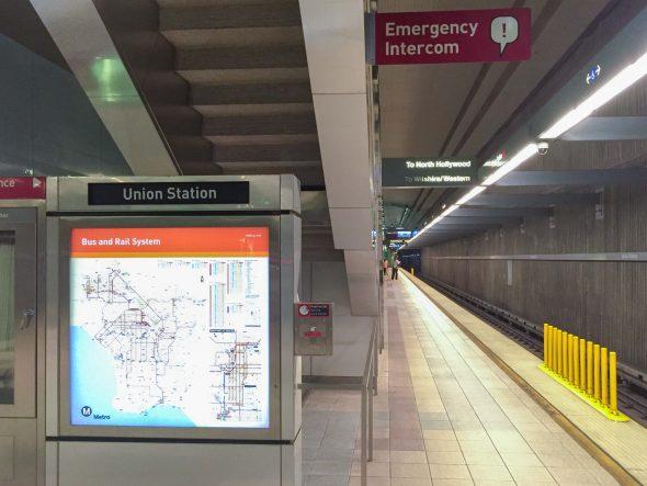 En las plataformas de las estaciones, los botones están marcados con líneas rojas.