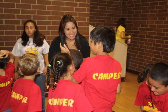 Jennifer contesta preguntas sobre seguridad en un evento comunitario con niños.