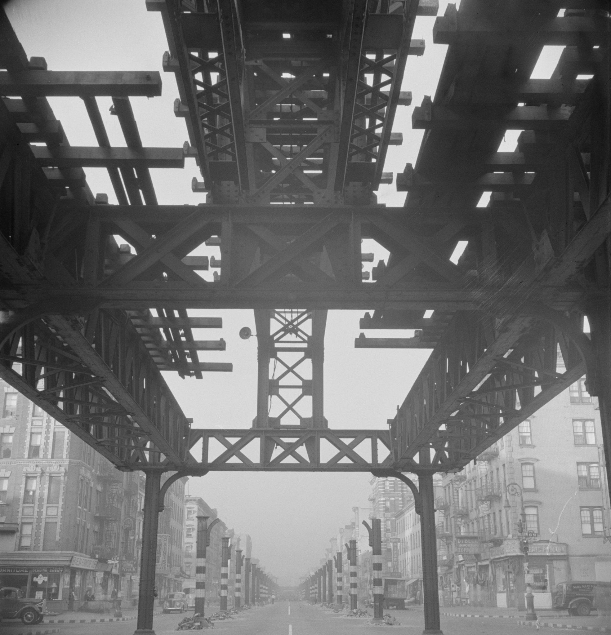 Las vías originales del tren en Second Avenue, en Manhattan, se demolieron en 1942. Foto: Wikimedia Commons.