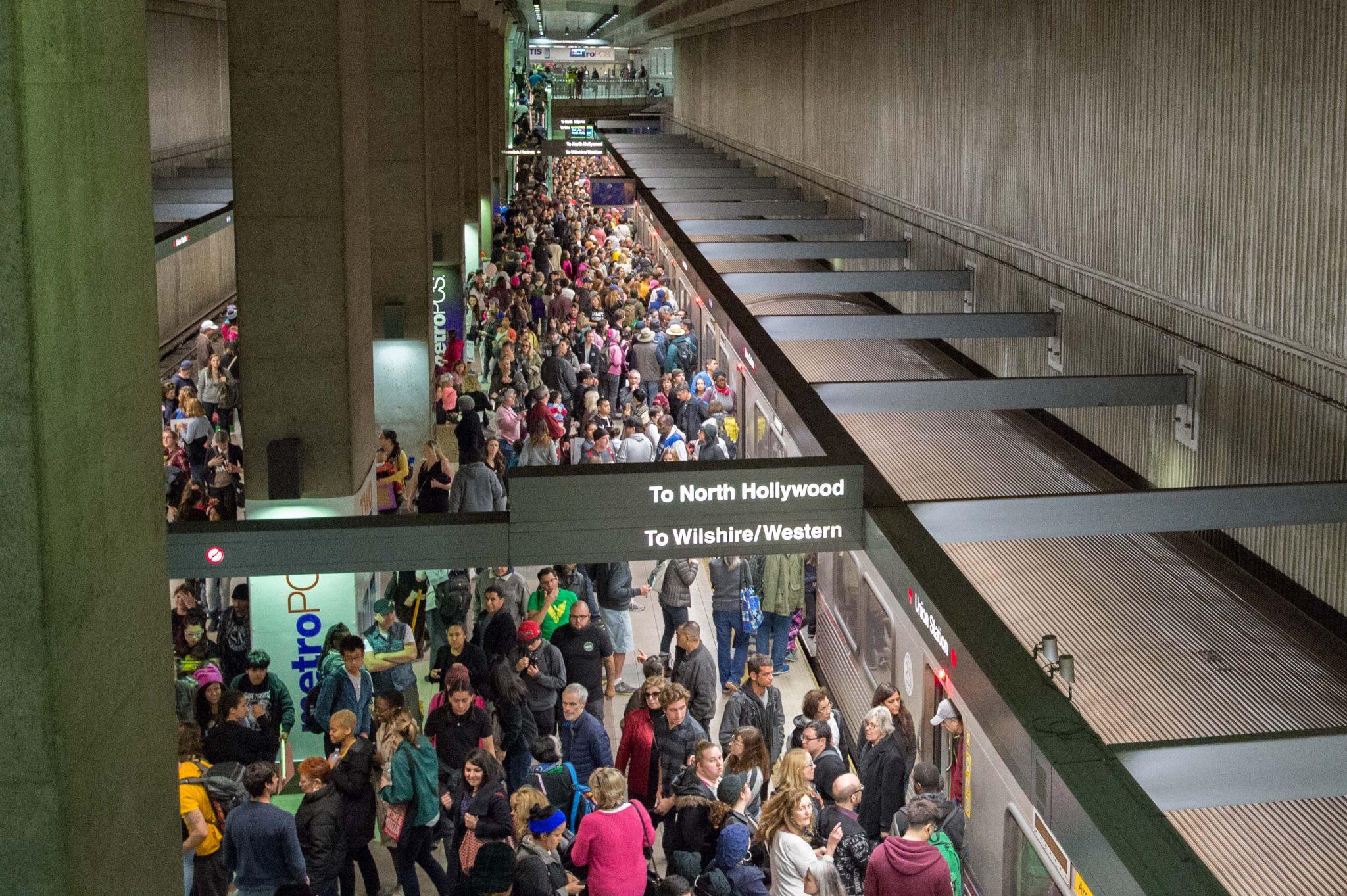 592,000 abordaron Metro para ir a la Marcha de las Mujeres en L.A.