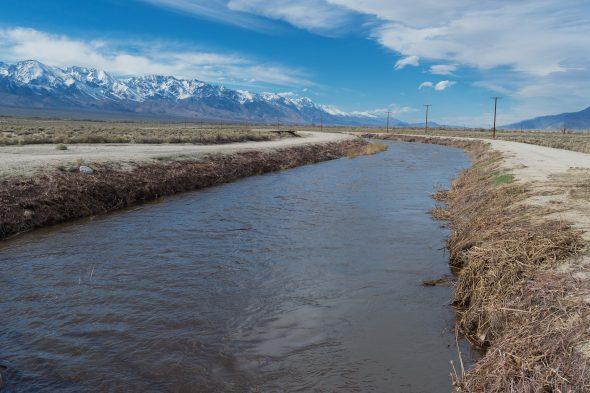 La corriente de agua desde Eastern Sierra (Izquierda) rumbo a Los Ángeles vía el Acueducto de L.A. en el Valle Owens. Algo de esta agua será usado para lavar y trapear tus estaciones de tránsito favoritas. Foto: cortesía Steve Hymon