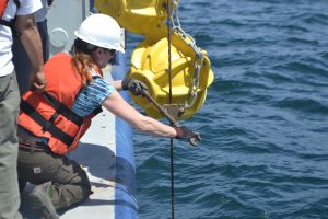 APL engineer Trina Litchendorf secures a float during the deployment of the Shallow Profiler Mooring at the Oregon Offshore site. Credit: University of Washington, V18.