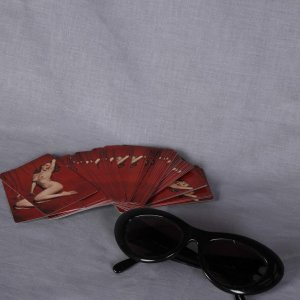 1976 MARILYN MONROE Pin-up Playboy PLAYING CARDS & Kenmark Sunglasses