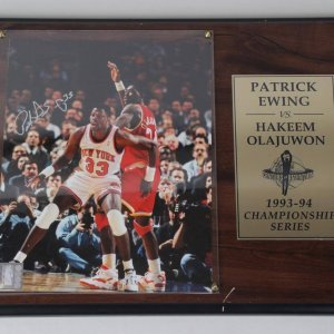 Houston Rockets - Hakeem Olajawon Signed 8x10 Photo in Plaque Display