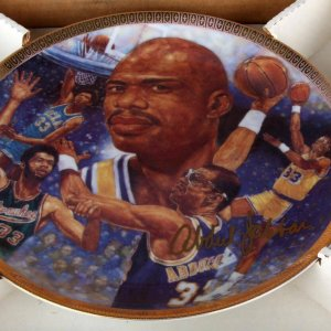 Los Angles Lakers - Kareem Abdul-Jabbar Signed Plate (LE 111/1989)