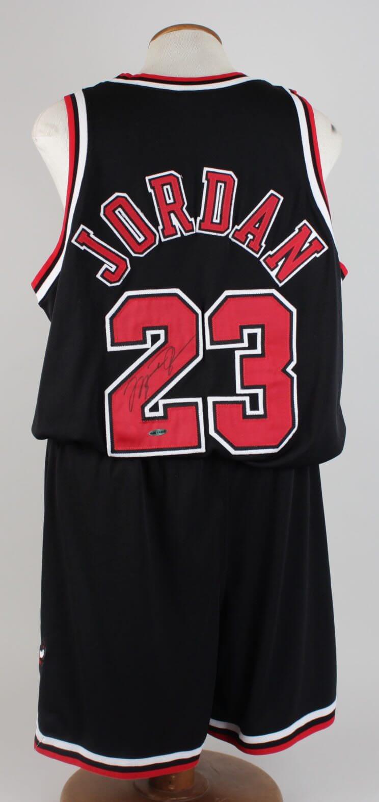online retailer 29501 130d8 Michael Jordan Chicago Bulls Signed Alternate Uniform Incl. Auto Jersey &  Trunks (UDA COA)
