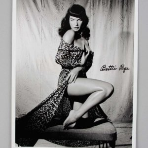 Actress - Pinup Icon - Bettie Page Signed 8x10 Photo - JSA