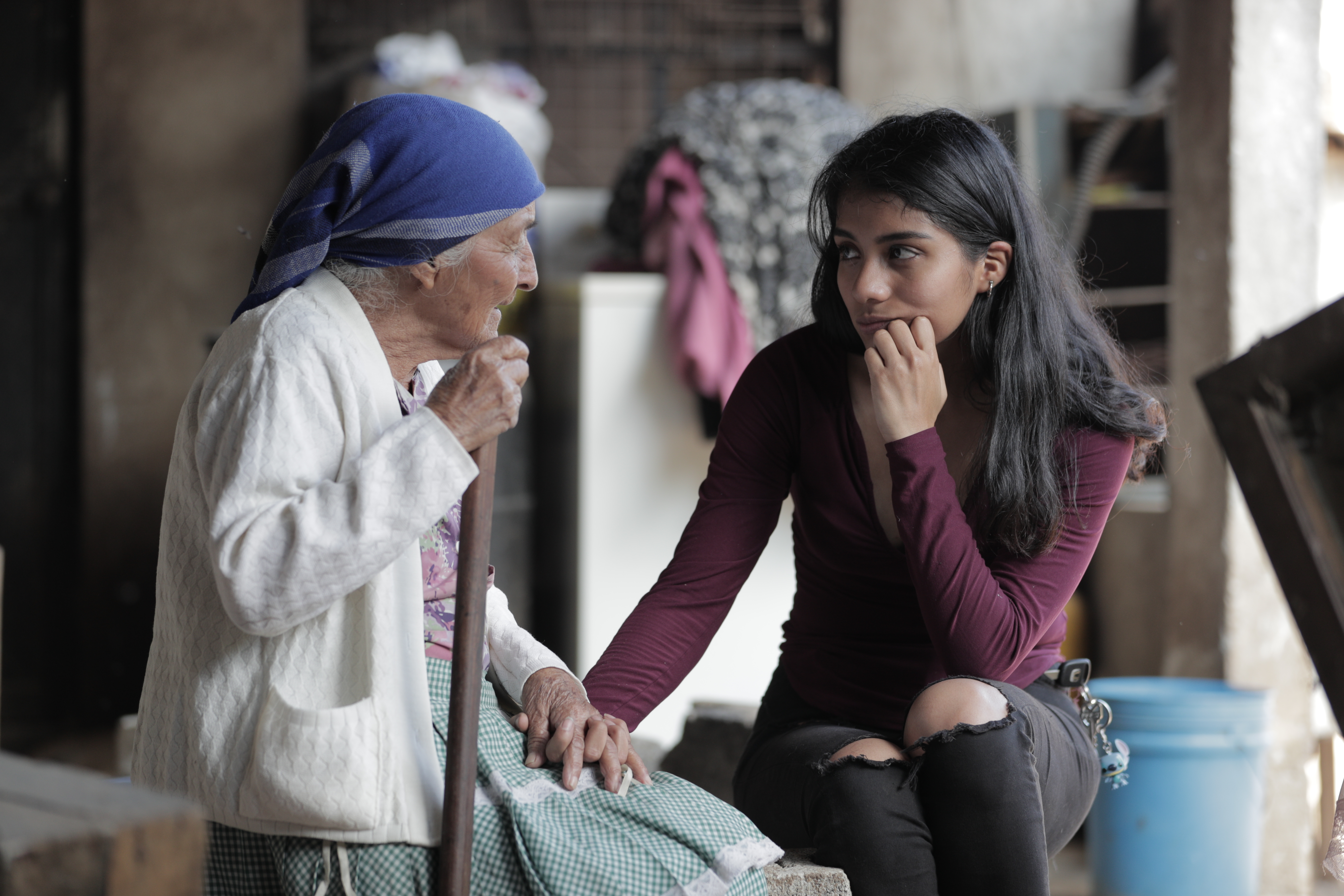 Maryam de León, una estudiante de ingeniería civil, escucha a doña Dora Herrera quien vive sola y afronta problemas económicos y de salud. (Foto Prensa Libre: Álvaro González)